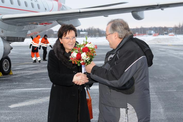 Eesti-Poola parlamendirühma esimees Aadu Must tervitab Tallinna lennuväljal Poola Seimi spiikrit Ewa Kopaczit tema 2013. aasta Eesti visiidi alguses