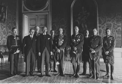 Eesti saadik Poolas (1932-1934) Karl Robert Pusta (vasakult neljas) koos välisministeeriumi töötajatega pärast volikirja esitamist Poola Vabariigi presidendile Ignacy Mościckile. Foto: Rahvusarhiiv
