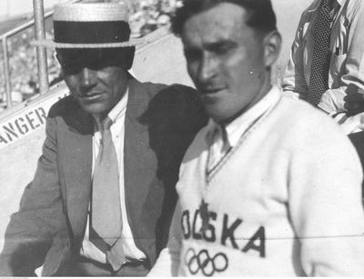 Janusz Kusociński (paremal) koos treeneri Aleksander Klumbergiga 1932. aastal Los Angelese olümpiamängudel