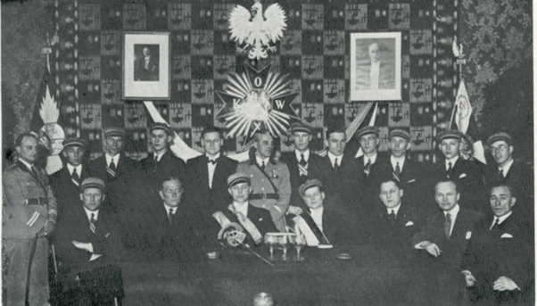 Korporatsioon Wäinla tudengid oma Varssavi konvendihoones 1935. aastal koos poola sõpradega Eesti Vabariigi aastapäeva tähistamas. Foto: Välis-Eesti Korp! Wäinla, 1980
