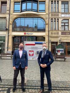 Eesti Vabariigi suursaadik Poolas Martin Roger (vasakul) ja Eesti aukonsul Wrocławis Waldemar Jan Siemiński Wrocławis näitusega tutvumas